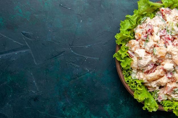 Top nähere ansicht huhn gemüsesalat mit mayonaonaise und grünem salat auf der dunklen oberfläche salat mahlzeit gemüselebensmittel-farbfoto