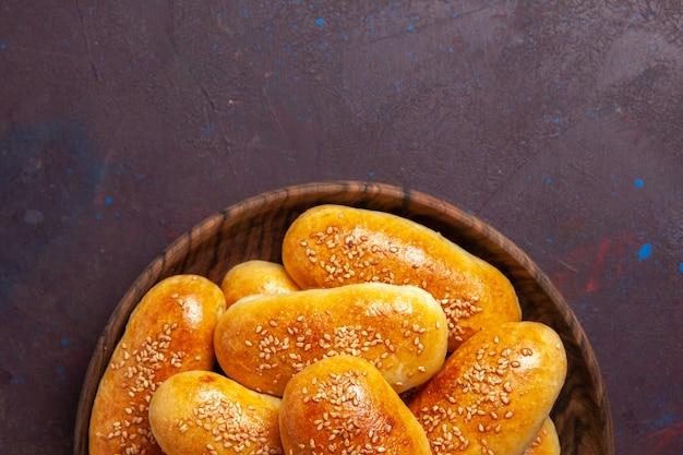 Top nähere ansicht süße pastetchen köstlichen gebackenen teig für tee auf dunklen raum