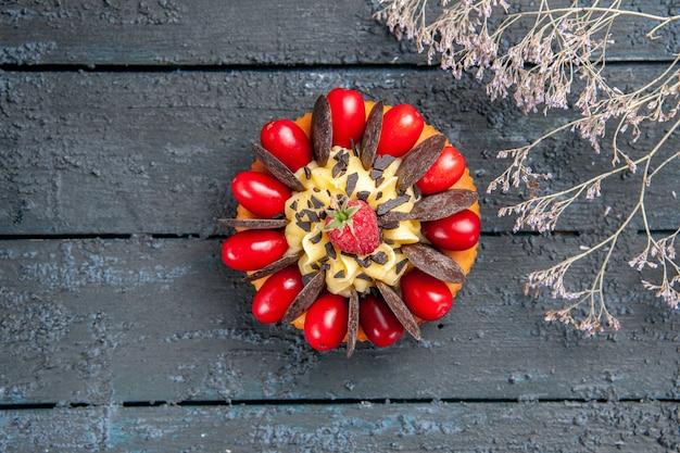 Top-nahansichtstorte mit kornelkirschenfrucht-himbeere und schokolade auf dunklem holztisch mit freiem raum