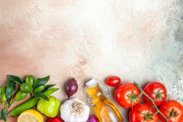 Top nahaufnahme ansicht gemüse knoblauch paprika zitronenöl zwiebel tomaten mit stielen