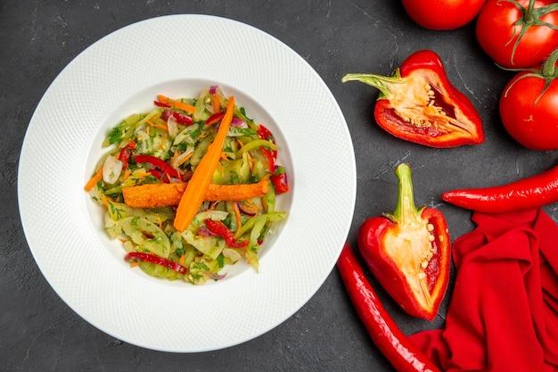 Top nahaufnahme ansicht gemüseteller salat hot peppers paprika tomaten tischdecke