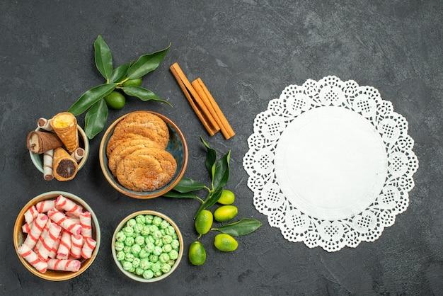 Top nahaufnahme ansicht süßigkeiten süßigkeiten zimt zitrusfrüchte waffeln kekse spitze deckchen