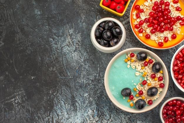 Top nahaufnahme beeren die appetitlichen trauben kirschen haferflocken rote johannisbeeren granatäpfel