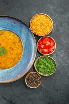 Top-nahaufnahme linsensuppe die appetitlichen linsensuppe tomaten gewürze linsenkräuter
