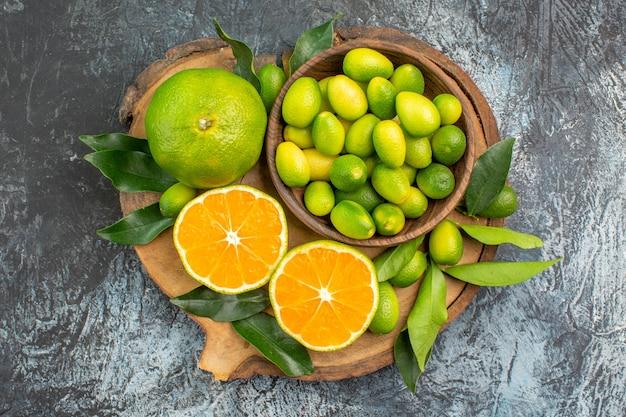 Top-nahaufnahme zitrusfrüchte das schneidebrett mit verschiedenen arten von zitrusfrüchten