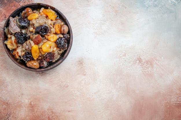 Top-nahaufnahmepilaf ein appetitlicher pilaw auf dem cremebraun-grauen tisch