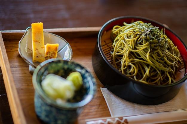 Top soba cold foods in japan mit kalten soba-nudeln, süßem ei, brühe und wasabi