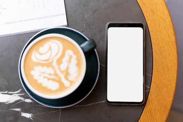 Top view arrangement mit kaffee und telefon