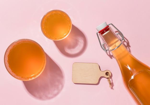 Top view arrangement mit leckerem kombucha drink