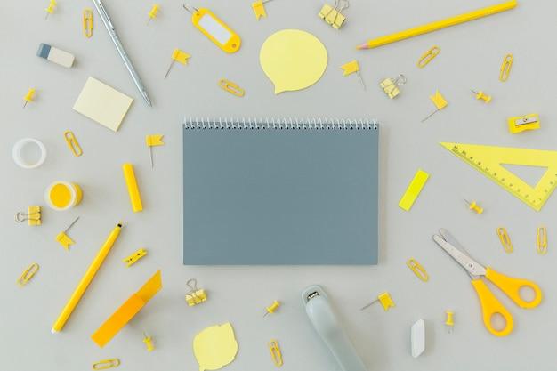 Top view briefpapier liefert auf dem tisch