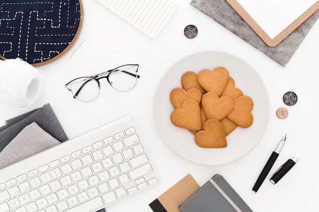 Top view cookies zum frühstück auf dem schreibtisch