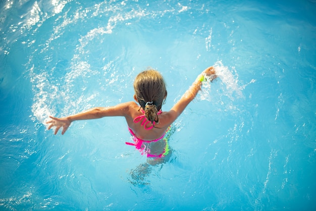 Top view girl teenager schwimmt im pool