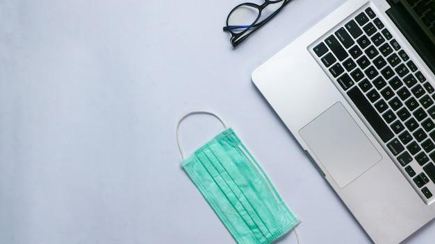 Top view laptop mit medizinischer versorgung