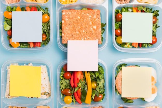 Top view lunchboxen mit leeren pappen
