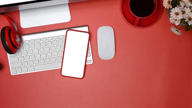 Top-view-mock-up-smartphone mit weißem bildschirm am modernen arbeitsplatz.