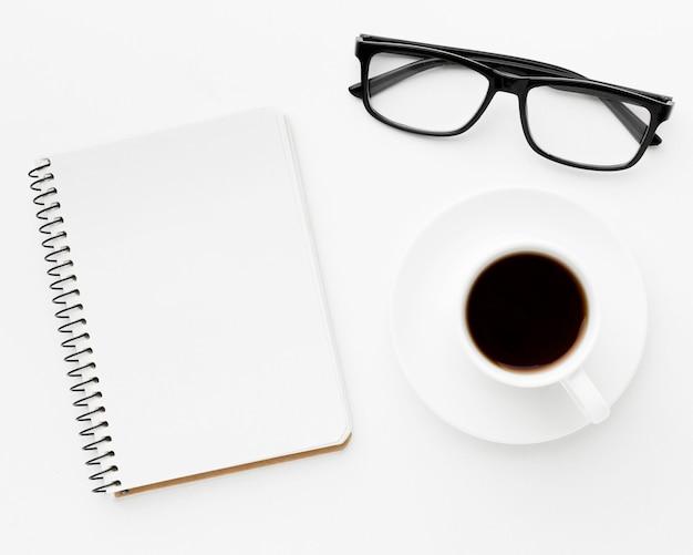 Top view notebook und kaffee arrangement