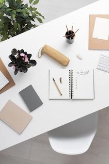Top view-notizbuch mit aufgabenliste auf dem schreibtisch