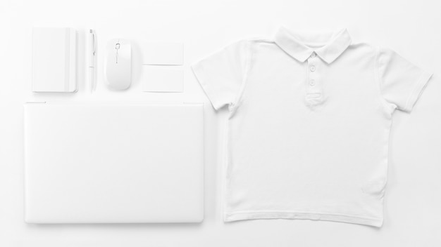 Top view shirt und laptop anordnung