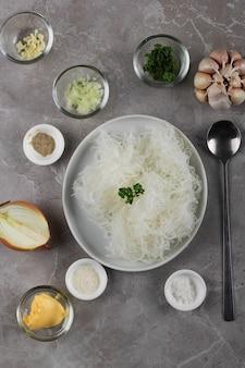 Top view zusammensetzung zutat zur herstellung von stir fry glasnudeln (koreanische japchae)