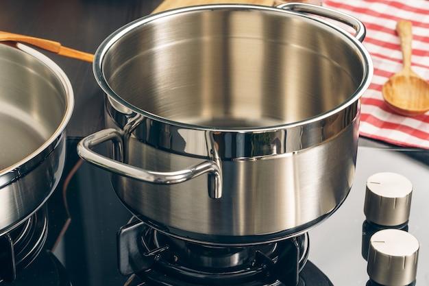 Topf auf einem gasherd in der küche reinigen