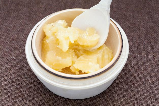 Topf mit honig und holzlöffel