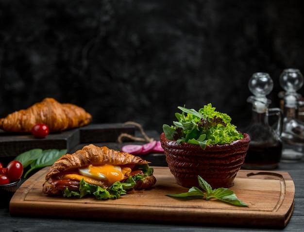 Topf mit kräutern und sandwich