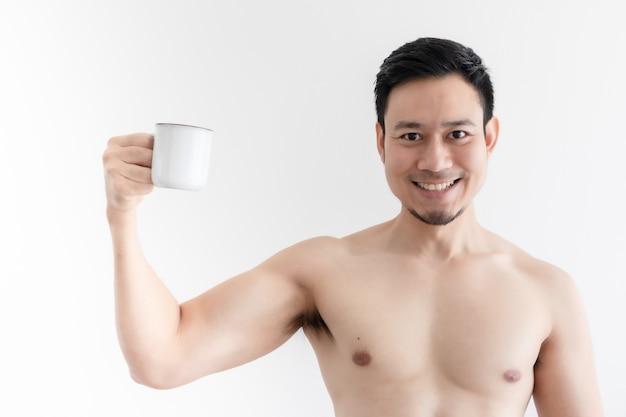 Topless gesunder asiatischer mann trinkt den gesunden kaffee auf isoliertem raum.