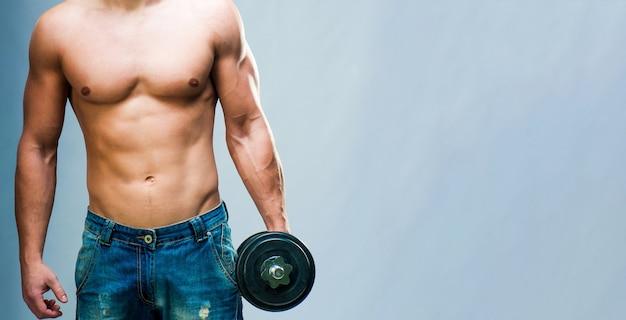 Topless muskulöser mann mit gewichten isoliert