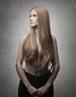 Toplesses blondes mädchen