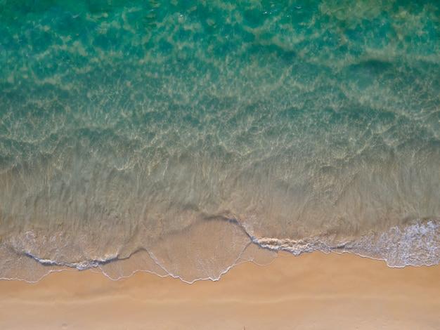 Topview strandsand und gesurft luftbild tropischen strand in der andamanensee phuket thailand?