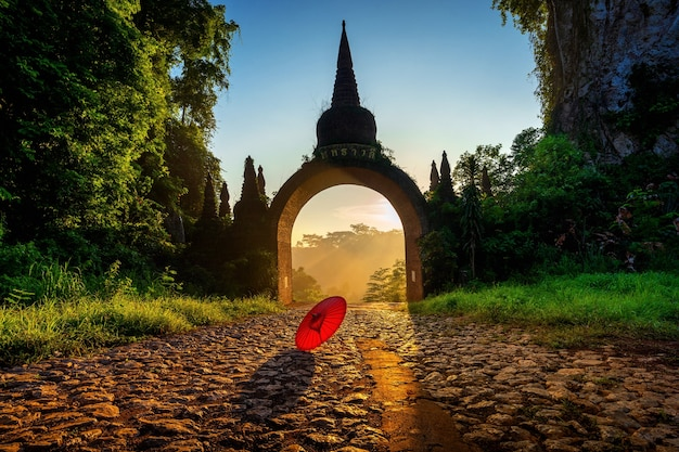 Tor von khao na nai luang dharma park bei sonnenaufgang in surat thani, thailand.