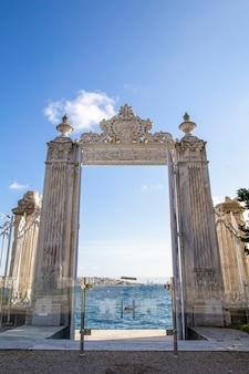 Tore in der nähe des dolmabahce-palastes, der zur bosporus-straße mit glaszaun vor und stadt davon in istanbul, türkei führt