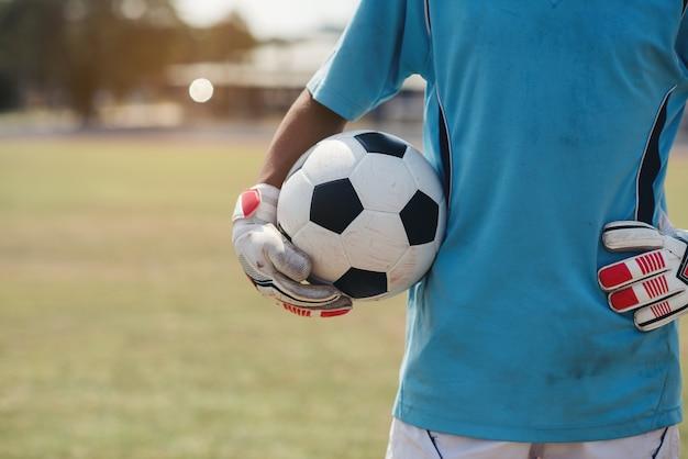 Torhüter mit einem fußball im stadion