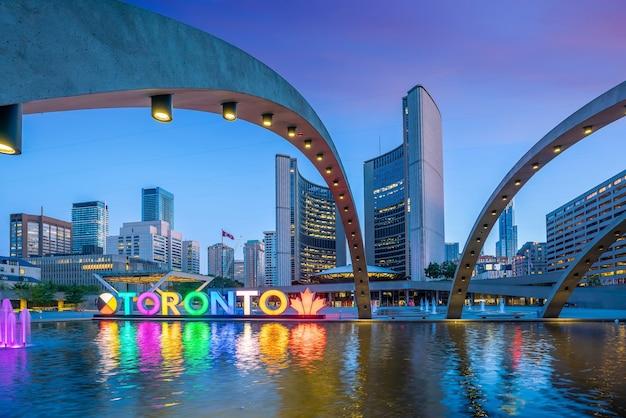 Toronto city hall und nathan phillips square in kanada