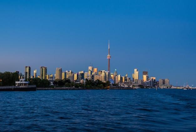 Toronto-skyline bei sonnenuntergang. blick auf die abendliche stadt