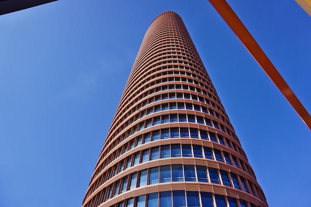 Torre sevilla oder torre pelli (sevilla tower oder pelli tower), das höchste gebäude der stadt. blick durch die eisenkonstruktionen des erdgeschosses.