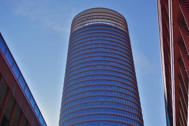 Torre sevilla oder torre pelli (sevilla tower oder pelli tower), das höchste gebäude der stadt. detail der obersten stockwerke.