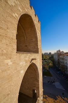 Torres de serrano ragt bogen in valencia hoch