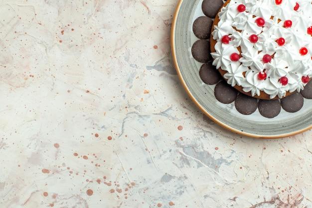 Torte der oberen hälfte mit gebäckcreme und schokolade