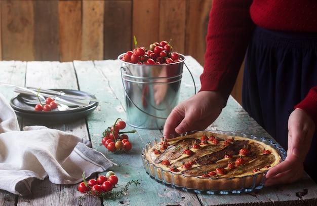 Torte gefüllt mit gemüse, quark und sahne