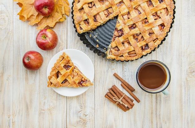 Torte mit äpfeln und zimt.