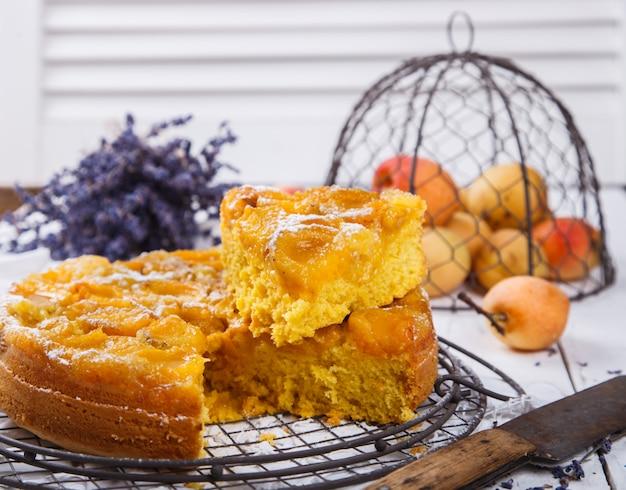 Torte mit aprikosen.hausgemachte kuchen mit lavendel