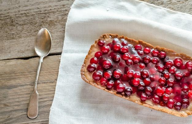 Torte mit gelierten frischen preiselbeeren