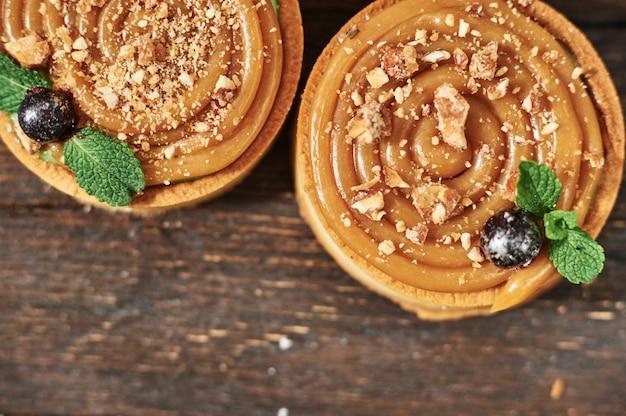Torte mit gesalzenem karamell französisch dessert. lebensmittelindustrie, massen- oder massenproduktion.