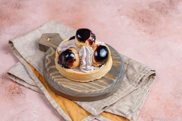 Torte mit kränzchen mit schlagsahne.