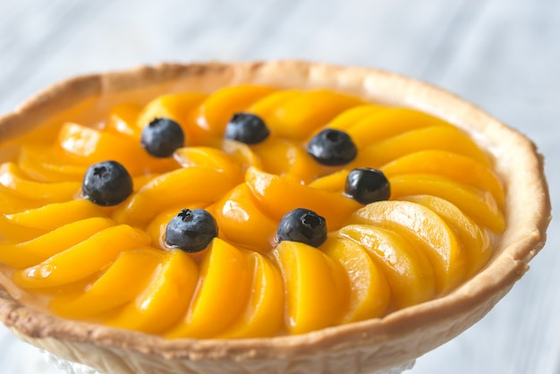 Torte mit pfirsichen und blaubeeren