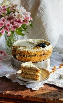 Torte mit quarkcreme, vanille, käsekuchen aus backwaren mit zwetschgen und erdnüssen