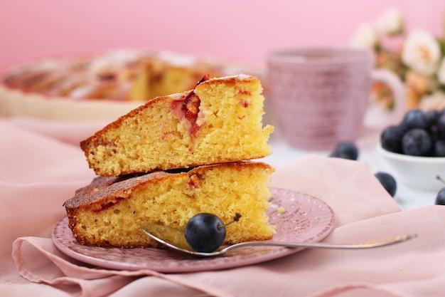 Torte mit schwarzdorn und pflaumen