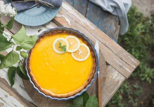 Torte mit zitronenquark. zitronenkuchen. amerikanische küche. dessert. naturgarten.