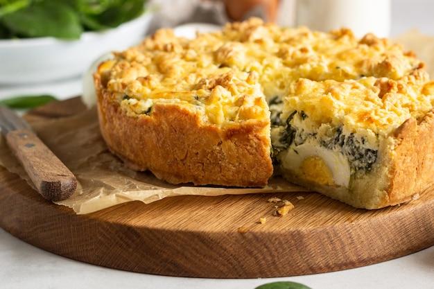 Torte oder torte mit spinat, ricotta und eiern.